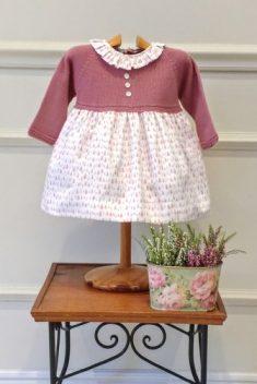 Vestido cuerpo de punto tipo jersey rosa con falda estampada pinos rosa