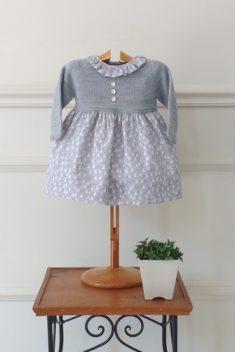 Vestido cuerpo de punto tipo jersey gris con falda estampada pinos fondo gris