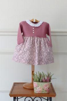 Vestido cuerpo de punto tipo jersey rosa con falda estampada rosa y gris