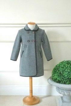 Abrigo tejido austriaco gris canesú doble botonadura